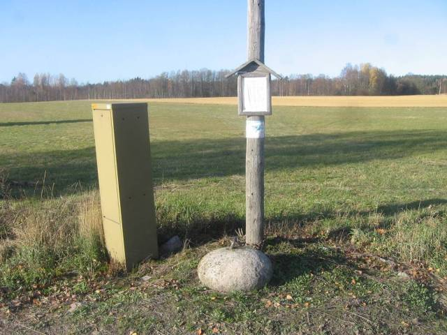 Esta piedra pesa 150 kg y ha estado en el camino vecinal de Uusikyla (Aldea Nueva) hace el siglo 19 para las pruebas de la fuerza de los hombres jovenes