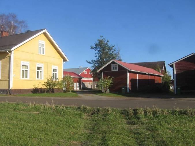 Una casa rural pintado con pinturas tradicionales de colores de tierra; el amarillo de ocre y el rojo