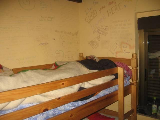La noche más frio fue en Villar de Mazarife, el albergue de Jesús. Maria esta lista para ver sus sueños por las gafas.