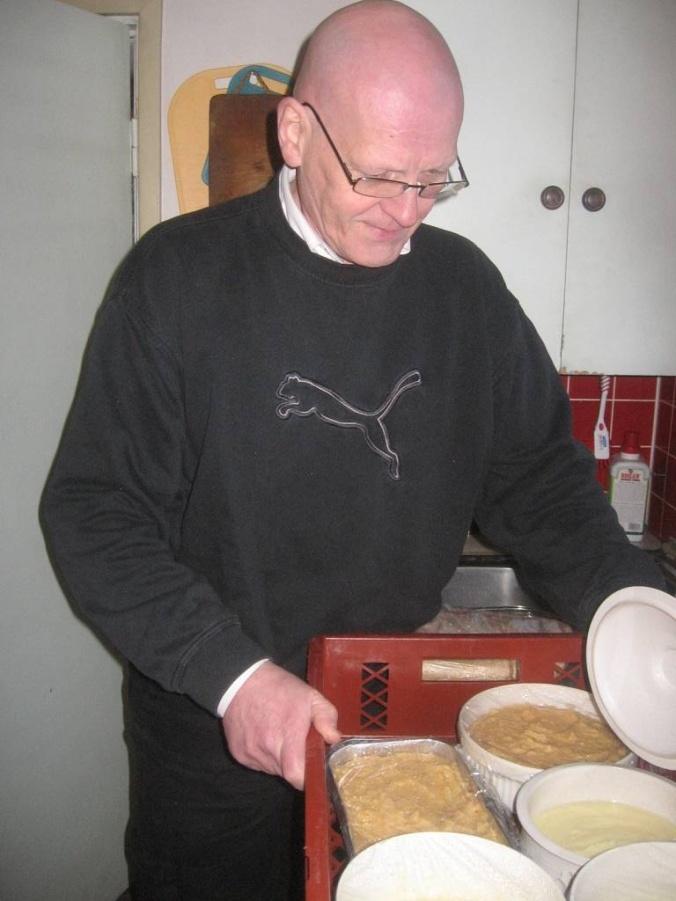 El podcaster presenta sus cazuelas a la cámara antes de que desaparecen al horno.