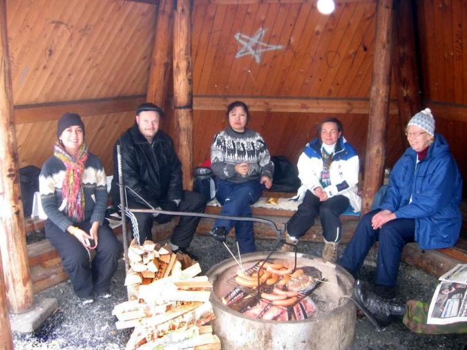 Vero, Timo, Susy, Katja y Kaarina esperan que esten listas las salchichas. Vero, Susy y Katja ya están protagonistas en entradas anteriores del podcast